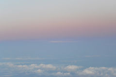 Voler au-dessus des nuages vue de l'avion, foyer mou Photographie stock