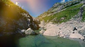 Voler au-dessus des roches en pierre épiques dans le paysage de vue aérienne de rivière de montagne clips vidéos