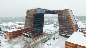 Voler au-dessus du bâtiment en verre Architecture intéressante banque de vidéos