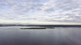 Voler au-dessus du brouillard au-dessus du lac tôt le matin banque de vidéos