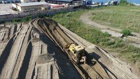 Voler au-dessus du chantier Préparation de terre La terre de traction de tracteur banque de vidéos