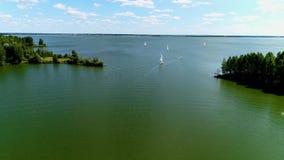 Voler au-dessus du lac par temps nuageux banque de vidéos