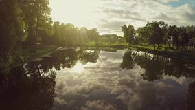 Voler au-dessus du lac sur le coucher du soleil clips vidéos