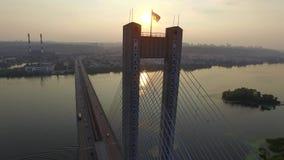 Voler au-dessus du pont du sud à Kiev l'ukraine banque de vidéos