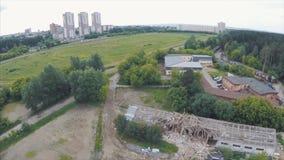 Voler au-dessus du quartier de la ville avec la vieille brique a abandonné des bâtiments clip Silhouette d'homme se recroquevilla clips vidéos