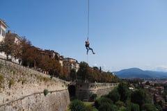 Voler avec la corde dans le ciel images stock