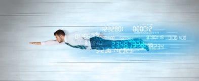 Voler d'homme d'affaires superbe rapidement avec des données numérote à gauche derrière images stock