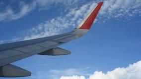 Voler dans les nuages au-dessus de l'Asie banque de vidéos
