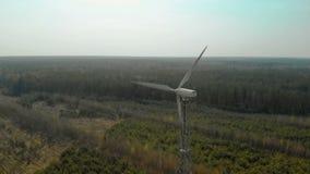 Voler dans un arc d'un générateur de vent simple avec un propulseur tripale tournant banque de vidéos