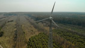 Voler dans un arc d'un g?n?rateur de vent simple avec un propulseur tripale tournant banque de vidéos