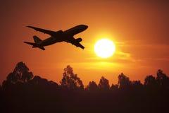 Voler dans un coucher du soleil Image libre de droits