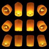 Voler de lanternes d'isolement sur le fond noir Photos stock