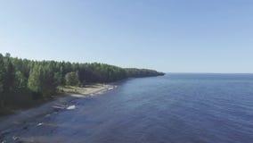Voler haut et expédient sur la plage sauvage de lac, vue aérienne insaturée banque de vidéos
