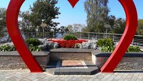 Voler par la voûte de mariage sous forme de coeur rouge Fond de mariage Décoration de mariage Tir de chariot banque de vidéos