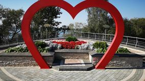 Voler par la voûte de mariage sous forme de coeur rouge Fond de mariage Décoration de mariage Tir de chariot clips vidéos