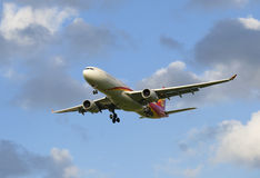 Voler par les nuages Airbus A330-343 (B-5910) Hainan Airlines Image stock