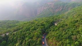 Voler par une forêt tropicale indienne banque de vidéos