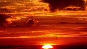 Voler rougeâtre de nuages noirs dû à la vue de couleur rouge de coucher du soleil banque de vidéos
