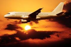Voler sur un coucher du soleil Photos libres de droits