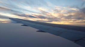 Voler très haut dans le ciel au crépuscule images libres de droits