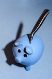Voler une tirelire faite main au-dessus d'un bureau bleu de silestone Images stock