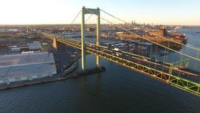 Voler vers Philadelphie sur le fleuve Delaware banque de vidéos