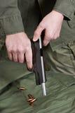 Volet de soldat entassant le poulain d'arme à feu de pistolet Images stock