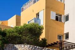 Volet en bois moderne coloré d'abat-jour de fenêtres de bâtiment Images libres de droits