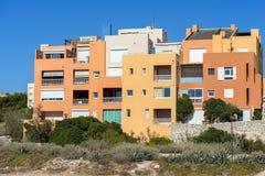 Volet en bois moderne coloré d'abat-jour de fenêtres de bâtiment Photos libres de droits