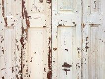 Volets blancs antiques de fenêtre Image stock