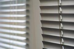 Volets blancs sur la fenêtre dans le bureau Images stock