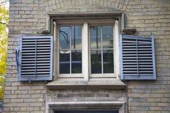 Volets bleus en dehors d'une vieille fenêtre à Toronto, Canada photo libre de droits