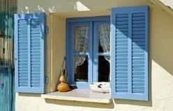 Volets bleus ouverts de fenêtre Images stock
