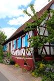 Volets bleus sur une maison photos libres de droits