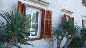 Volets bruns en bois de fenêtre La façade des maisons dans Monténégro banque de vidéos