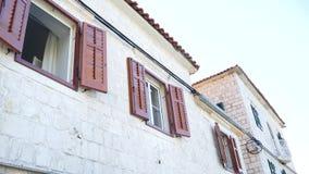 Volets bruns en bois de fenêtre La façade des maisons dans Monténégro clips vidéos