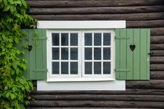 Volets de fenêtre de cottage décorés des coeurs. Suède Images libres de droits