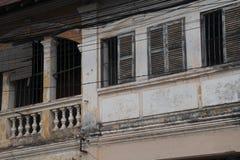Volets de fenêtre et véranda du vieux bâtiment colonial français images stock