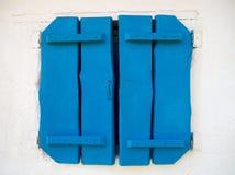 Volets en bois bleus de cru lumineux sur la fenêtre photos libres de droits