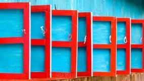 Volets en bois rouges et bleus image stock