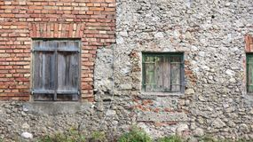 Volets en bois superficiels par les agents dans le mur de briques Photo libre de droits