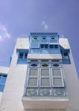 Volets et balcon bleus arabes traditionnels, Tunisie, Afrique du Nord Images stock
