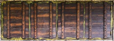 Volets fabriqués à la main en bois sur la paroi frontale du vieux stor ukrainien Photographie stock