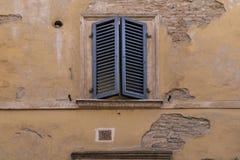 Volets frais superbes en Italie, tons chauds, ver, extérieur de vintage Tout authentique Photos stock