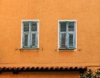 Volets verts sur le plâtre orange Photographie stock libre de droits