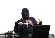 Voleur d'ordinateur tenant la mémoire de chair d'usb sur le couteau Image stock