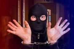 Voleur dans des menottes - la police l'a arrêté Image libre de droits