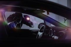 Voleur de voiture avec la lampe-torche Image libre de droits