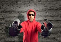 Voleur dirigeant deux armes à feu Photos stock