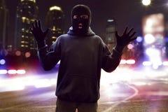 Voleur masqué propagé la rue photos libres de droits